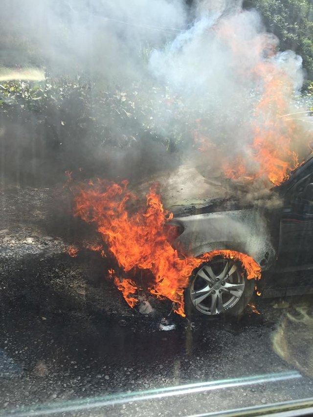 Ngọn lửa bốc ra từ đầu chiếc Hyundai Santa Fe, nơi chứa động cơ.