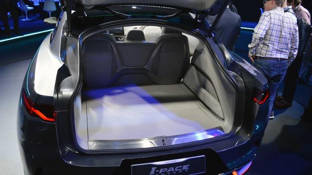 Bên ngoài, Jaguar I-Pace được trang bị kính chắn gió sau dốc sâu và đuôi xe như sedan ở một số góc nhìn. Đằng sau cửa cốp là khoang hành lý rộng rãi với sàn xe phẳng.