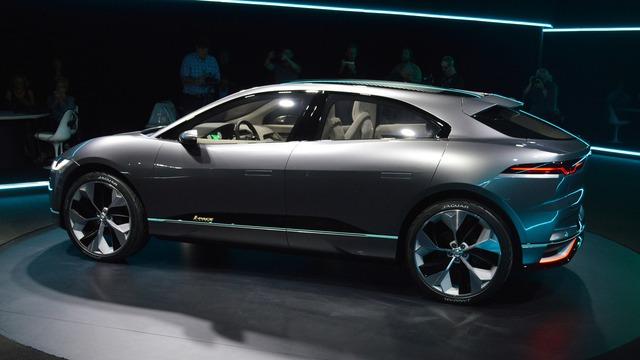 Có thể nói, I-Pace là dấu hiệu cho thấy bước chuyển mình của hãng Jaguar khi xu hướng sản xuất xe điện đang lên ngôi. Nguồn cung cấp năng lượng của Jaguar I-Pace là cụm pin lithium-ion 90 kWh tương tự Tesla Model X. Cụm pin này được đặt bên dưới sàn và làm mát bằng chất lỏng, giúp Jaguar I-Pace phiên bản concept có thể hoàn thành quãng đường tối đa 352 km, thấp hơn một chút so với Tesla Model X.