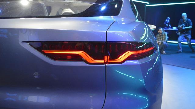 Nhìn chung, thông số vận hành của Jaguar I-Pace có vẻ không bằng Tesla Model X. Bù lại, Jaguar I-Pace có thể ăn đứt Tesla Model X về mặt thiết kế trong/ngoài.