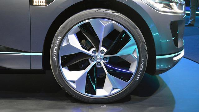 Cụm pin kết nối với 2 mô-tơ điện nằm trên cầu trước và sau. Theo hãng Jaguar, 2 mô-tơ điện tạo ra công suất tối đa 400 mã lực và mô-men xoắn cực đại 516 lb-ft. Sức mạnh được truyền tới cả 4 bánh, giúp Jaguar I-Pace tăng tốc từ 0-96 km/h trong thời gian 4 giây. Thông số này khá ấn tượng với một mẫu SUV chạy điện như Jaguar I-Pace.