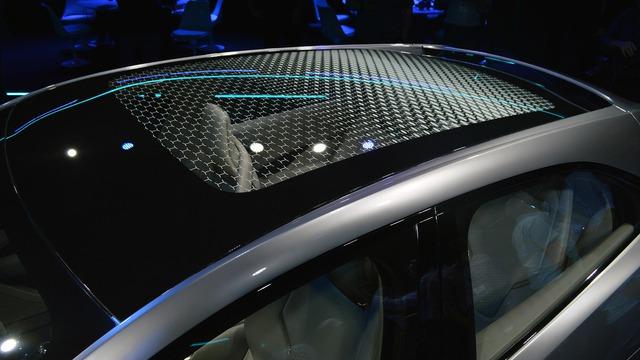 Cửa sổ trời cỡ lớn mang đến không gian nội thất thoáng đãng cho Jaguar I-Pace.
