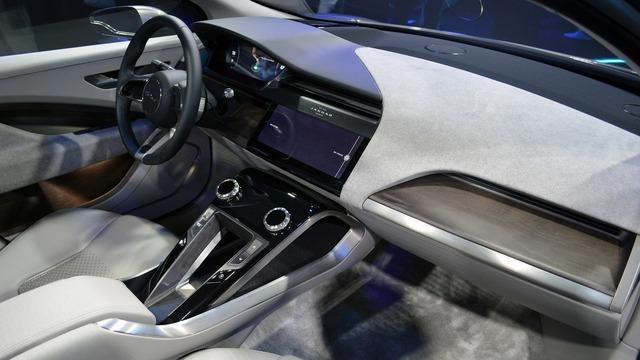 Bên trong Jaguar I-Pace là không gian nội thất 5 chỗ đẹp mắt với những chất liệu cao cấp như gỗ và da.