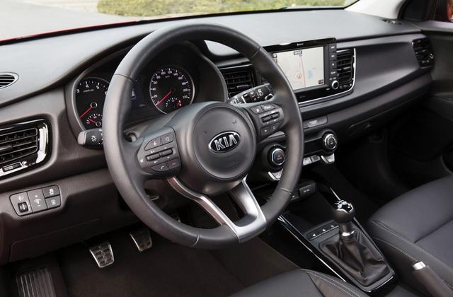 Bên trong Kia Rio thế hệ mới là bảng táp-lô có thiết kế thể thao hơn. Ghế của mẫu xe Hàn Quốc này được bọc bằng nỉ màu đen hoặc xám cơ bản.