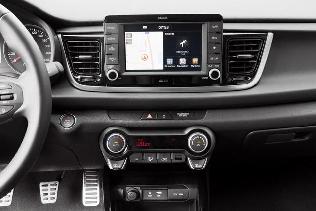 An toàn thôi chưa đủ, Kia Rio thế hệ mới còn tương thích với ứng dụng Android Auto và Apple CarPlay để kết nối với điện thoại thông minh. Thêm nữa là hệ thống thông tin giải trí và định vị vệ tinh với màn hình cảm ứng 7 inch.