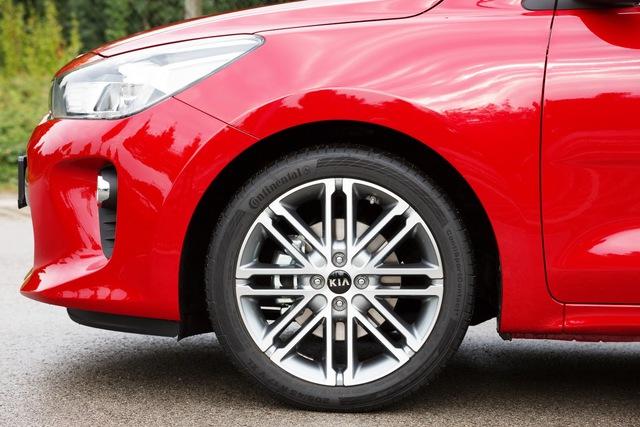 Mang kiểu dáng hatchback 5 cửa, Kia Rio 2017 có 8 màu sơn ngoại thất khác nhau. Thêm vào đó là 3 loại thiết kế la-zăng hợp kim với đường kính dao động từ 15-17 inch.