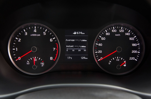 Trong khi đó, hệ thống Kia Connected Services trên Rio 2017 sẽ cung cấp những thông tin cập nhật về giao thông thực, cảnh báo vị trí đặt camera bắn tốc độ hoặc dự báo thời tiết. Theo hãng Kia, Rio thế hệ mới là mẫu xe duy nhất trong phân khúc B được trang bị cổng USB ở cả hàng ghế trước và sau.
