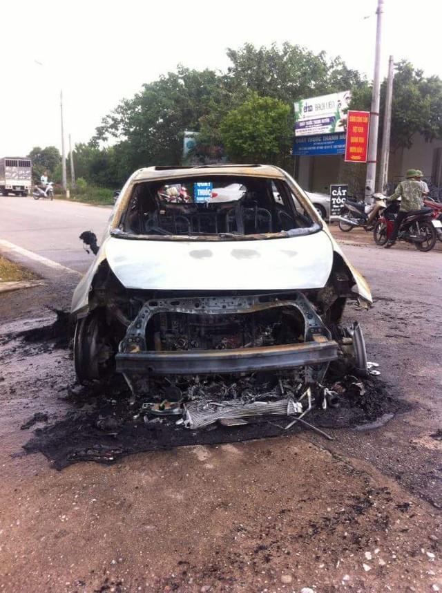 Chiếc Kia Rio cháy trơ khung tại Thái Nguyên. Ảnh: Diệp Honda