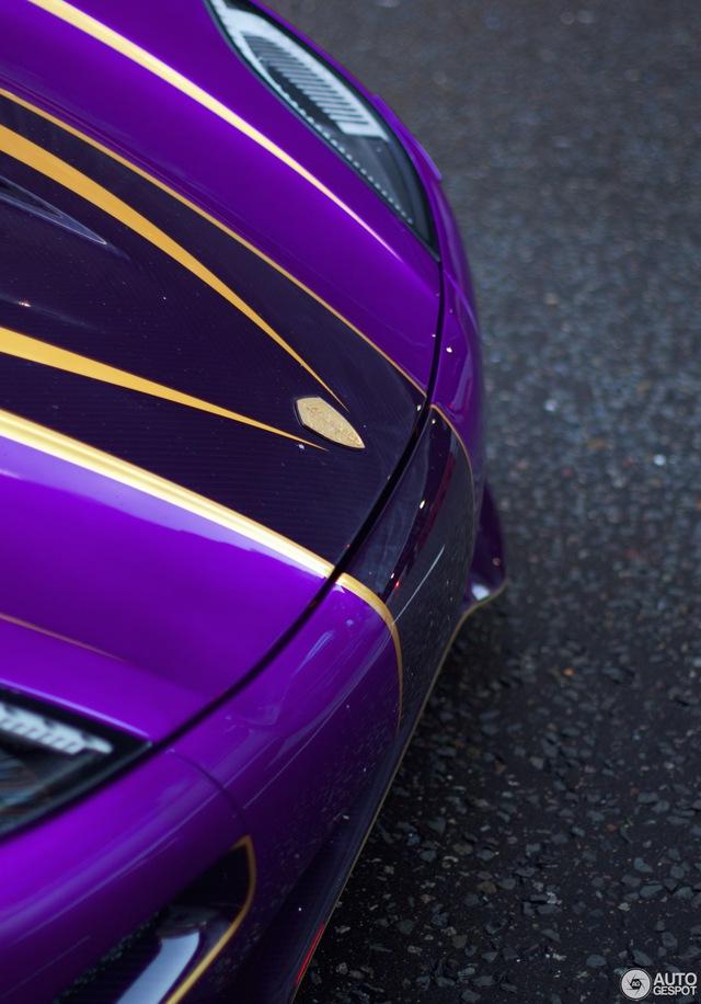Điểm nhấn của Koenigsegg Agera R Zijin chính là bộ cánh ngoại thất vô cùng độc đáo và lạ mắt. Bộ cánh ngoại thất của siêu xe có một không hai đến từ Thụy Điển là sự kết hợp giữa hai tông màu tím và vàng. Thậm chí, trên chiếc Koenigsegg Agera R Zijin độc nhất vô nhị còn có một số chi tiết được làm từ vàng thật.