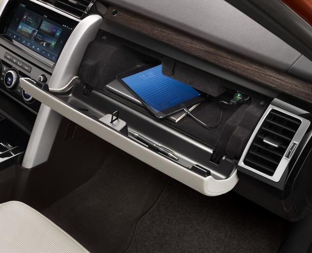 Cuối cùng là bản HSE Luxury với vành hợp kim 21 inch, cửa sổ trời chỉnh điện, dàn âm thanh vòm Meridan 14 loa, có loa trầm, 3G WiFi cho 8 thiết bị, 9 cổng USB và hệ thống giải trí trên hàng ghế sau.