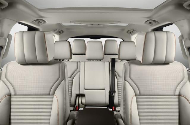 Trong số những tính năng mới của Land Rover Discovery thế hệ thứ 5, đáng chú ý có cơ cấu Intelligent Seat Fold đầu tiên trên thế giới. Đây là cơ cấu cho phép người lái thay đổi cấu hình của hàng ghế thứ 2 và thứ 3 bằng nút bấm điều khiển ở phía sau xe, trên màn hình cảm ứng trung tâm hoặc thông qua ứng dụng trên điện thoại thông minh.