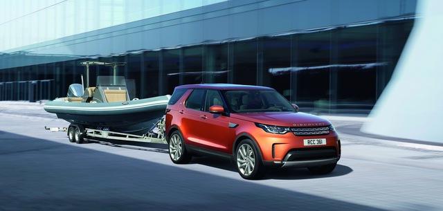 Về động cơ, Land Rover Discovery 2018 tại Mỹ được trang bị máy xăng V6, siêu nạp, dung tích 3.0 lít với công suất tối đa 340 mã lực. Thứ hai là động cơ diesel V6, tăng áp với công suất tối đa 254 mã lực và mô-men xoắn cực đại 600 Nm tại vòng tua máy chỉ 1.750 vòng/phút.
