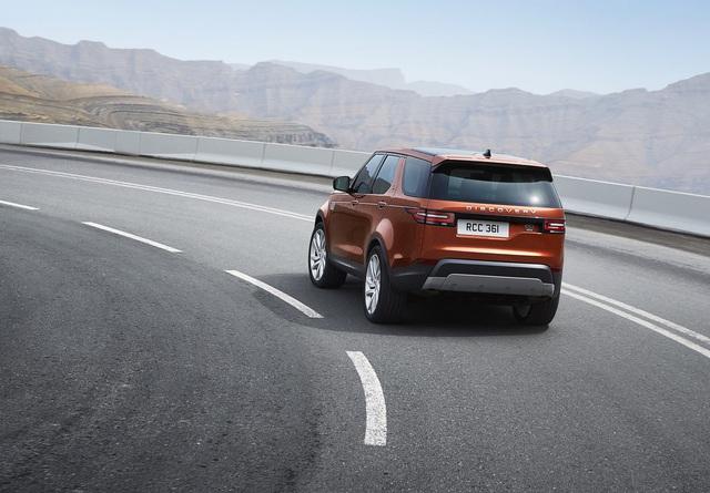 Đặc biệt, Land Rover Discovery thế hệ mới còn được trang bị chìa khóa Activity Key chống thấm nước. Nhờ đó, người lái có thể chơi thể thao hoặc những hoạt động khác mà không phải lo lắng về chìa khóa tiêu chuẩn của xe. Trước khi rời đi, người lái chỉ cần ấn chìa khóa Activity Key vào chữ D trên dòng chữ Discovery ở cửa khoang hành lý. Làm như vậy, xe sẽ tự khóa và đồng thời vô hiệu hóa cả chìa khóa bình thường ở bên trong.