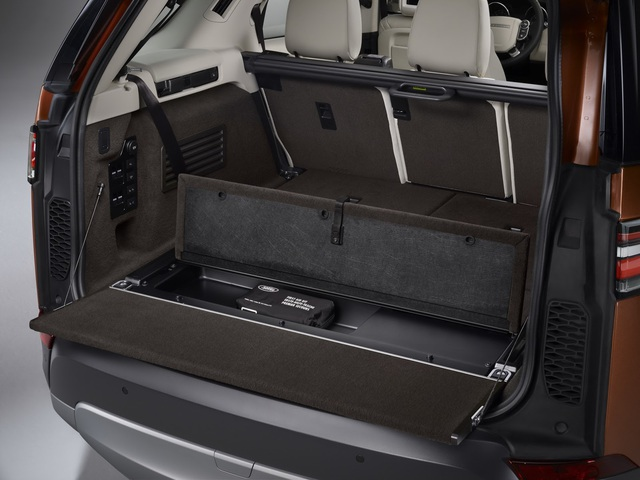 Khoang hành lý của xe có thể tích 1.137 lít nếu hàng ghế thứ 2 không gập xuống. Khi cả hàng ghế thứ 2 và 3 gập xuống, khoang hành lý được mở rộng thành 2.406 lít. Tiện hơn là cửa mở khoang hành lý rảnh tay, người lái chỉ cần khua chân bên dưới cản va. Ở cửa khoang hành lý có một nút bấm để đóng lại.