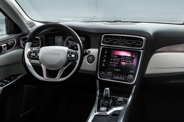 Được biết, Lynk & Co 01 sẽ luôn kết nối với mạng Internet và có hệ thống lưu trữ dữ liệu riêng. Trong xe có nút chia sẻ, cho phép người lái kiểm soát, giám sát và chia sẻ ô tô của mình thông qua điện thoại thông minh. Ngoài ra, Lynk & Co 01 còn có giao diện lập trình ứng dụng API mở, cho phép các nhà phát triển độc lập làm giàu trải nghiệm của xe với ý tưởng của riêng mình.