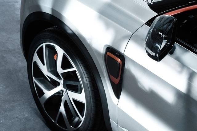 Quá trình thiết kế và phát triển Lynk & Co 01 trên thực tế cũng diễn ra tại trung tâm Geely Design ở Thụy Điển do ông Peter Horbury đứng đầu. Điều này không có gì lạ vì Volvo hiện là nhãn hiệu con của hãng Geely.