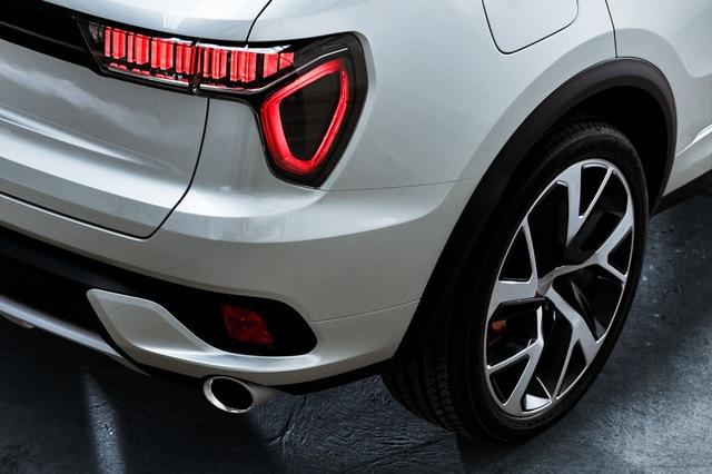 Đằng sau xe xuất hiện logo Lynk & Co đập vào mắt, cánh gió mui, 2 ống xả và đèn hậu thiết kế lạ mắt.