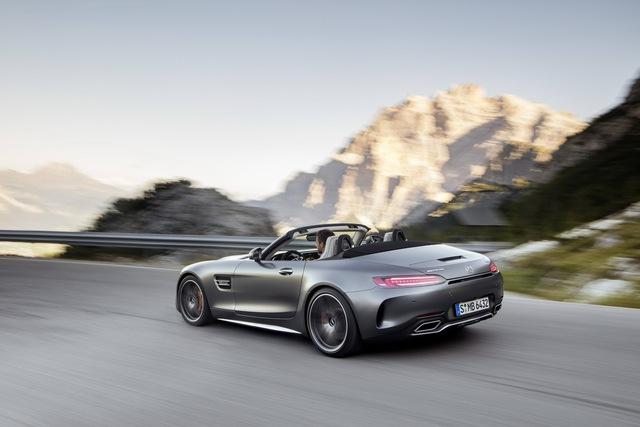 Khi ở trên Mercedes-AMG GT C Roadster, động cơ này tạo ra công suất tối đa 460 mã lực và mô-men xoắn cực đại 680 Nm tại vòng tua máy chỉ 1.900 vòng/phút. Nhờ đó, mẫu xe mui trần này có thể tăng tốc từ 0-100 km/h trong 3,7 giây trước khi đạt vận tốc tối đa giới hạn điện tử 316 km/h.