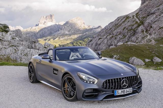 Hãng Mercedes-Benz đã vén màn phiên bản mui trần của dòng siêu xe Mercedes-AMG GT trước khi triển lãm Paris 2016 diễn ra. Theo đó, Mercedes-AMG GT Roadster được chia thành 2 bản là tiêu chuẩn và GT C cao cấp nhất.