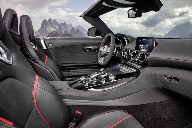 Hiện giá bán của Mercedes-AMG GT Roadster và GT C Roadster vẫn chưa được công bố.