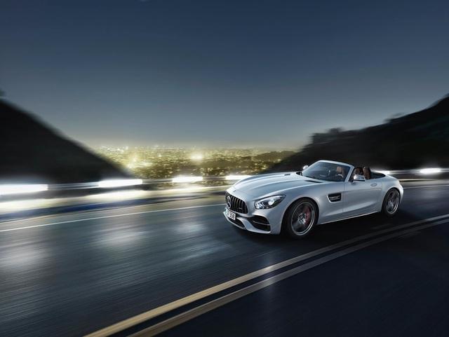 Trong khi đó, Mercedes-AMG GT Roadster thông thường cần 4 giây để đạt tốc độ 100 km/h từ vị trí đứng yên. Vận tốc tối đa của Mercedes-AMG GT Roadster dừng ở mức 301 km/h.
