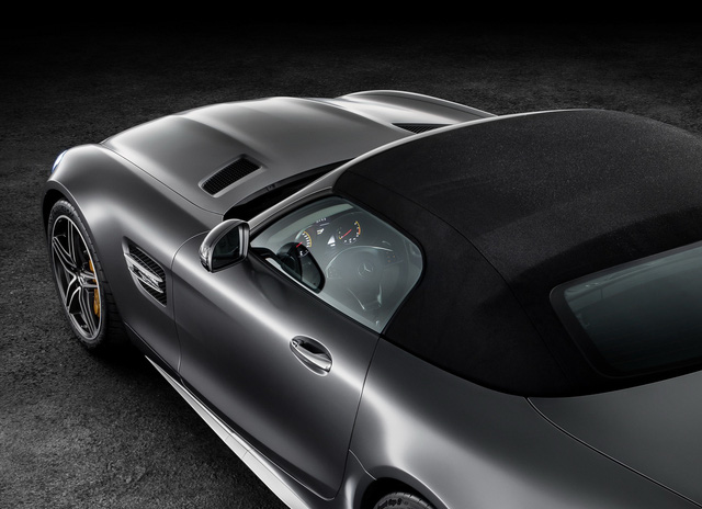 Ngoài ra, mui nỉ của Mercedes-AMG GT Roadster còn có thể đóng/mở trong thời gian chỉ 11 giây, ở vận tốc lên đến 50 km/h. Khi mua Mercedes-AMG GT Roadster, khách hàng có thể chọn 1 trong 3 màu đen, đỏ và be cho mui nỉ.