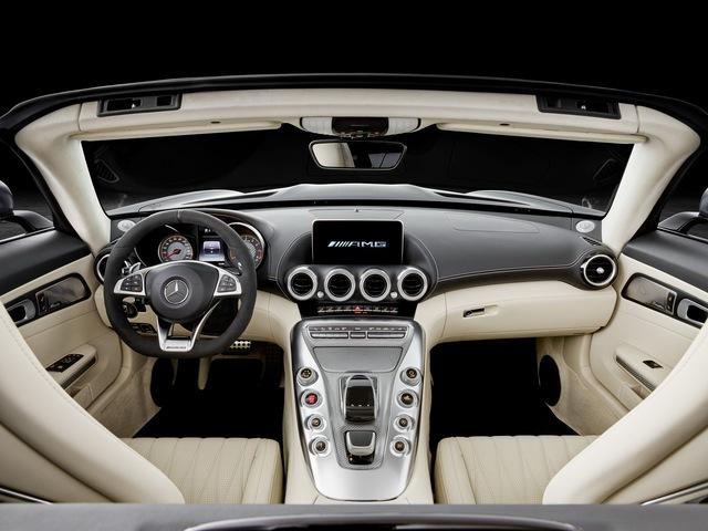 Chưa hết, cặp đôi Mercedes-AMG GT Roadster và GT C Roadster còn mượn hệ thống kiểm soát không khí thích ứng từ đàn anh GT R. Cửa chớp nằm dọc phía sau đầu xe có thể đóng/mở bằng mô-tơ điện để điều chỉnh hiệu suất làm mát cũng như luồng không khí cần thiết. Lưới tản nhiệt trước AMG Panamericana đi kèm 15 thanh mạ crôm nằm dọc theo phong cách xe đua của hãng Mercedes-Benz.