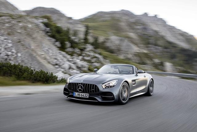 Thu hút sự chú ý nhất đương nhiên là Mercedes-AMG GT C Roadster. Không chỉ mạnh tương đương Mercedes-AMG GT S Coupe, mẫu xe này còn mượn một số công nghệ hiện đại lấy từ Mercedes-AMG GT R. Cụ thể, Mercedes-AMG GT C Roadster được trang bị hệ thống đánh lái trục sau, khóa vi sai điện tử và vệt bánh sau rộng hơn.
