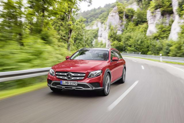Mercedes-Benz E-Class thế hệ mới đã lần đầu tiên trình làng trong triển lãm Detroit 2016 diễn ra hồi đầu năm. Đến nay, trước thềm triển lãm Paris 2016, hãng Mercedes-Benz tiếp tục bổ sung một phiên bản mới cho dòng E-Class, đó là All-Terrain.