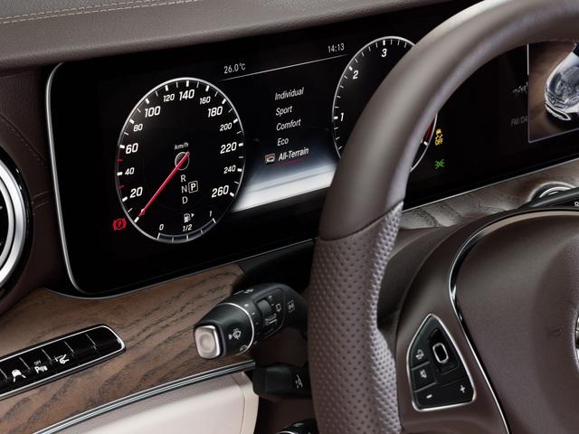 Sức mạnh được truyền tới bánh qua hộp số tự động 9G-Tronic 9 cấp. Nhờ đó, Mercedes-Benz E-Class All-Terrain 2017 có thể tăng tốc từ 0-100 km/h trong 8 giây trước khi đạt vận tốc tối đa 231 km/h.