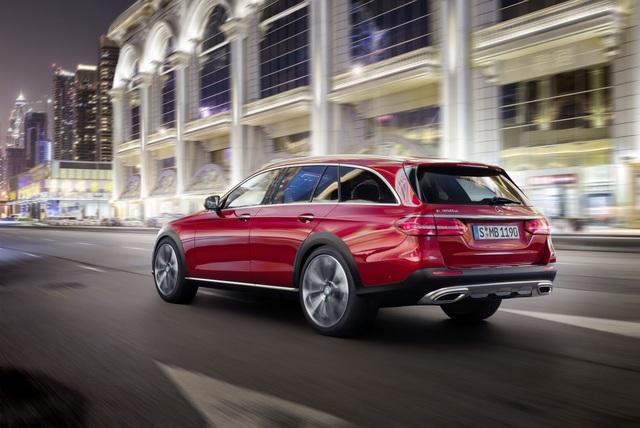 Lượng nhiên liệu tiêu thụ trung bình của Mercedes-Benz E-Class All-Terrain 2017 là 5,1 lít/100 km. Trong tương lai, hãng Mercedes-Benz sẽ bổ sung thêm E350d với động cơ 6 xy-lanh cho dòng E-Class All-Terrain 2017.