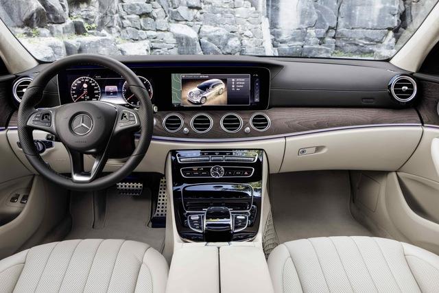 Khi điều khiển Mercedes-Benz E-Class All-Terrain 2017, người lái có thể tùy chọn 1 trong 5 chế độ lái khác nhau. Trong đó, có chế độ lái All-Terrain hoàn toàn mới để chạy off-road.