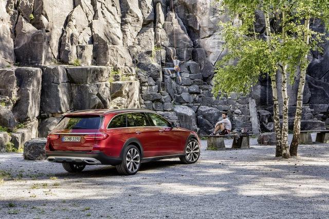 Chưa có mẫu xe E-Class nào đa dụng như All-Terrain. Mẫu xe mới kết hợp kiểu dáng ấn tượng theo phong cách SUV với nội thất thông minh của dòng station wagon. Bên cạnh đó là hàng loạt tính năng an toàn tiên tiến và nội thất từng đạt nhiều giải thưởng của E-Class thế hệ mới, ông Ola Källenius, thành viên ban giám đốc tập đoàn mẹ Daimler chuyên chịu trách nhiệm về mảng tiếp thị và bán hàng của Mercedes-Benz, phát biểu.