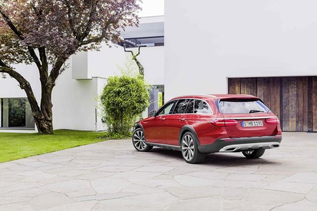 Tương tự phiên bản tiêu chuẩn, Mercedes-Benz E-Class All-Terrain 2017 cũng có hệ thống treo khí nén Air Body Control nhưng gầm được nâng cao thêm 35 mm thành 156 mm.