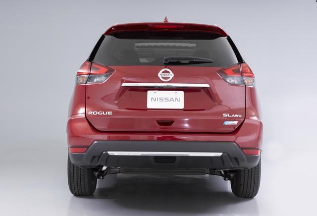 Hãng Nissan cho biết, Rogue Hybrid 2017 dẫn động cầu sau tiêu thụ lượng nhiên liệu 7,13 lít/100 km nội thành, 6,72 lít/100 km đường cao tốc và 6,92 lít/100 km đường hỗn hợp. Các con số tương ứng của phiên bản dẫn động 4 bánh toàn thời gian là 7,59 lít/100 km, 6,92 lít/100 km và 7,13 lít/100 km.