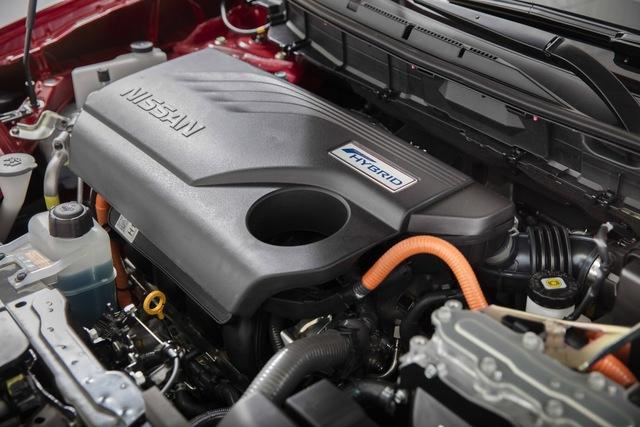 Nissan Rogue Hybrid 2017 sử dụng hệ dẫn động bao gồm máy xăng 2.0 lít, mô-tơ điện 30 kW và hộp số Xtronic cùng cụm pin Lithium-ion nhỏ gọn bên dưới cốp sau. Theo hãng Nissan, vị trí này của cụm pin giúp sàn cốp sau không bị cộm lên để hành khách có thể dễ dàng ra/vao hàng ghế sau đồng thời không ảnh hưởng nhiều đến thể tích khoang hành lý.