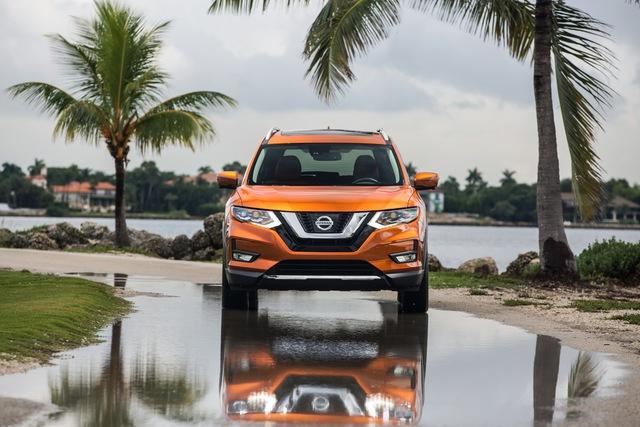 Trong khi đó, Nissan Rogue 2017 thông thường vẫn sử dụng động cơ xăng 2,5 lít như cũ. Động cơ này sản sinh công suất tối đa 170 mã lực và mô-men xoắn cực đại 175 lb-ft.