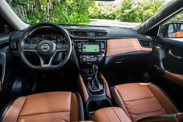 Bước vào bên trong Nissan Rogue 2017, người lái sẽ nhận ra vô lăng thể thao hơn, cần gạt chuyển sang chế độ thể thao, cụm đồng hồ cải tiến và ghế bọc nỉ hoặc da.