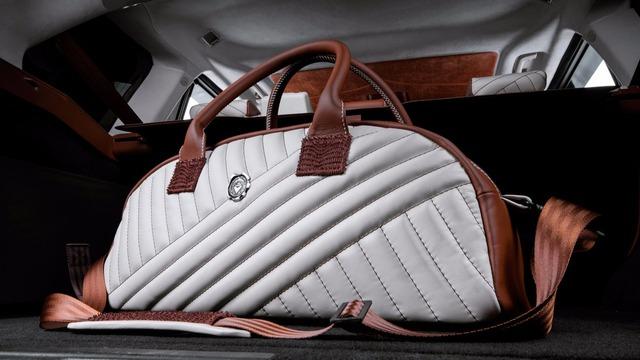 Cuối cùng là bộ hành lý tông xuyệt tông với nội thất dành cho chủ nhân của chiếc Range Rover Sport...