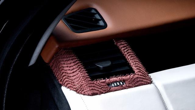 Ngoài ra, trên những bề mặt bọc da còn có chỉ khâu màu đối lập. Trong khi đó, viền cụm điều khiển trung tâm, viền cửa gió điều hòa, một phần mặt cửa và ghế lại được bọc bằng Alcantara mỏng. Chất liệu này tạo hiệu ứng 3D như một tấm thảm cho nội thất của chiếc SUV hạng sang Range Rover Sport.
