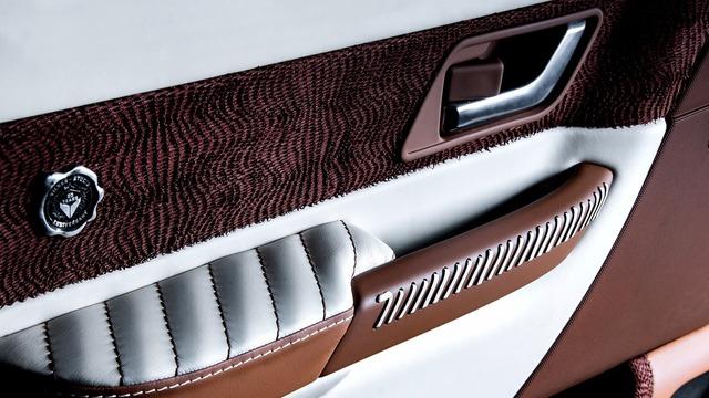 Đến nay, chủ nhân thứ hai của chiếc Range Rover Sport quyết định tìm đến hãng độ Vilner có trụ sở tại Romania. Nhờ hãng độ Vilner, nội thất của chiếc Range Rover Sport được thổi làn gió mới với chất liệu da cao cấp màu trắng sữa và nâu sô cô la. Từ ghế, mặt trong cửa, bảng táp-lô đến cụm điều khiển trung tâm, tất cả đều được phối 2 tông màu này.