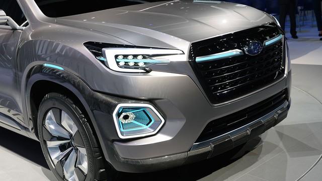 Trên đầu xe có lưới tản nhiệt nổi bật, đèn pha hầm hố và đèn sương mù cỡ lớn, tích hợp vào vòm bánh thay vì cản va trước như bình thường.
