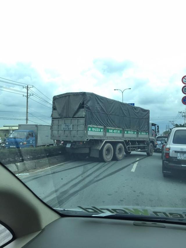 Bị xe tải đâm, ô tô con lật nhiều vòng, 3 người bò ra khỏi xe - Ảnh 2.
