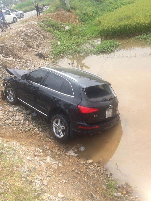 Chiếc Audi Q5 bị rơi xuống ruộng lúa. Ảnh: Phụng Nguyễn