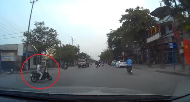 Khi đang sang đường và nhìn thấy chiếc ô tô gắn camera hành trình, nam thanh niên đã bóp phanh trước. Ảnh cắt từ video