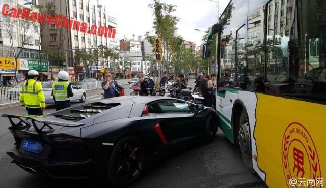 Chiếc Lamborghini Aventador hư hỏng không quá nặng trong vụ tai nạn.