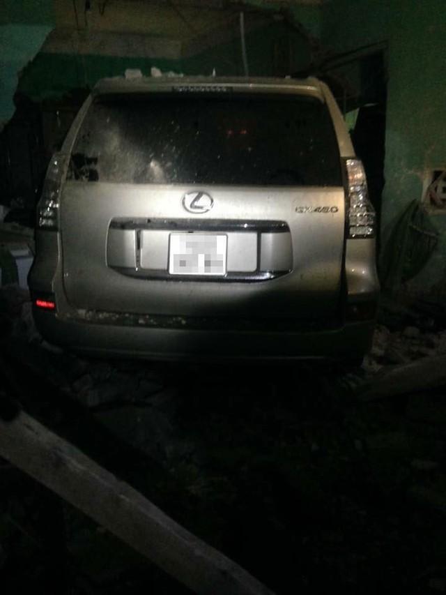Chiếc Lexus GX460 lao vào nhà dân trong đêm.