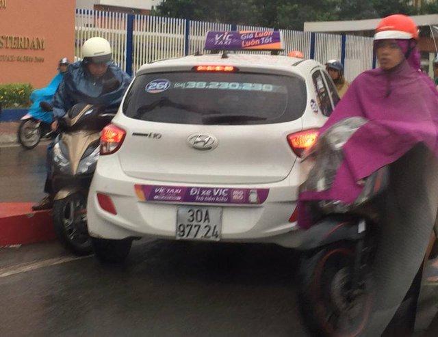 Hai chiếc taxi đi ngược chiều gây ùn tắc tại chân cầu vượt Hoàng Minh Giám. Ảnh: Pham Tuan Minh