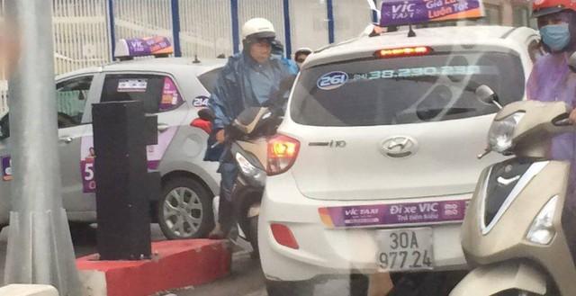Hai chiếc taxi Vic nối đuôi nhau đi ngược chiều trên cầu vượt Hoàng Minh Giám. Ảnh: Pham Tuan Minh