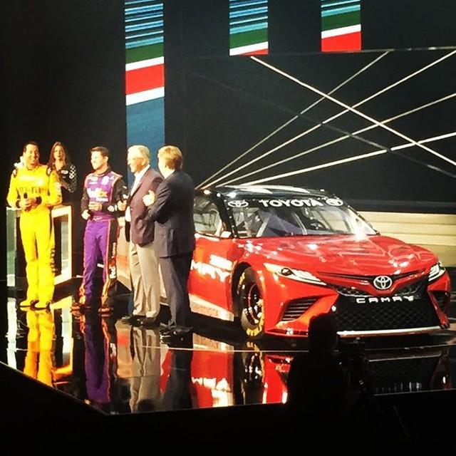 Toyota Camry 2018 phiên bản đua NASCAR trong sự kiện ra mắt.